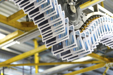 Conveyor belt with brochures in a printing shop - SCH000352