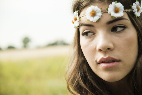Portrait of young woman wearing floral wreath - UUF001249