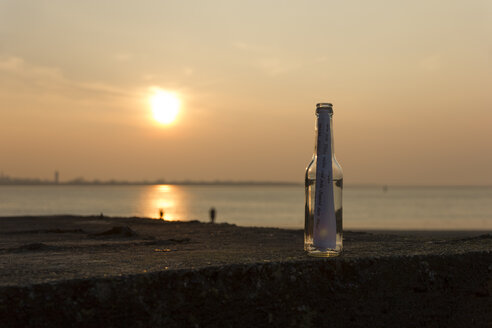Germany, Bremen, Bremerhaven, Message in a bottle, Sunset - SJ000115