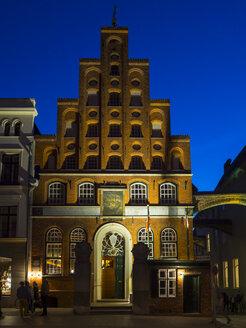 Germany, Schleswig-Holstein, Luebeck, guildhall of the Schiffergesellschaft at night - AM002499