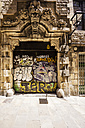 Spain, Barcelona, Barri Gotic, graffiti on gate - THA000583