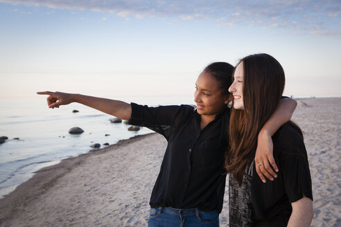 Germany, Ruegen, Two young female friends at the beach - OJF000045