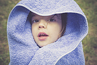 Little girl wrapped in a towel - LVF001640