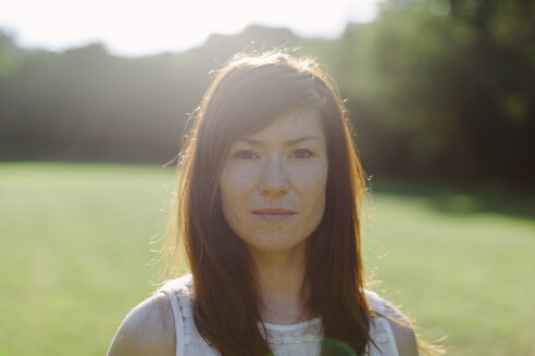 Portrait of brunette woman outdoors - HCF000046