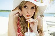Portrait of young woman drinking Latte macchiato - GDF000362