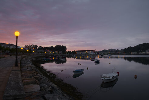 Spain, Galicia, Viveiro, view to Ria de Viveiro by twilight - LAF000905