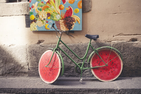 Italy, Tuscany, Florence, watermelon bicycle in front of facade - SBD001054