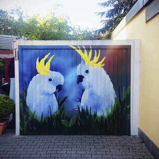 Painting of parrots at garage door - GS000893