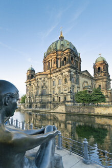 Germany, Berlin, view to Berlin Cathedral with sculpture in the foreground - MEMF000331