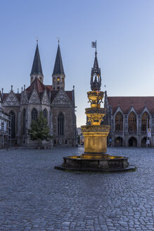 Germany, Lower Saxony, Braunschweig, Old town market square, Parish church St. Martini and fountain in the evening - PVC000059
