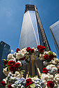 USA, New Yorck City, Ground Zero, construction site of One World Trade Center with flower wreath in the foreground - WGF000397