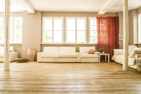 Spacious living room with wooden floor - TCF004153