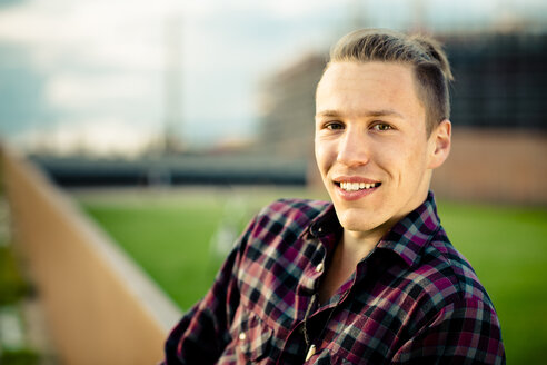 Portrait of smiling young man - FX000056