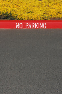 USA, Oregon, No Parking Sign on curb - RUEF001282