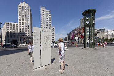Germany, Berlin, tourists looking at information sign at Potsdam Square - WI000933