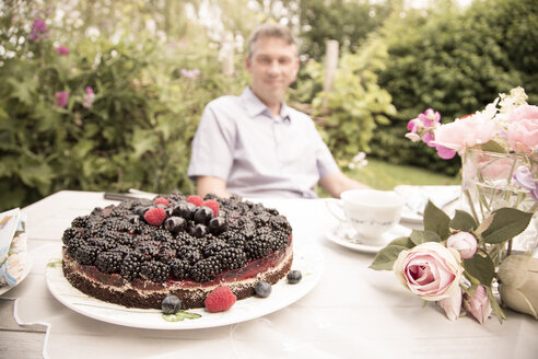 Chocolate berry cake on a garden table - FCF000401