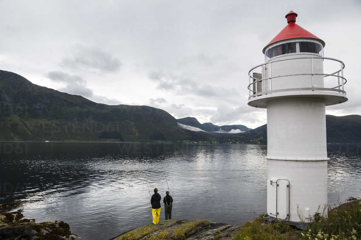 Norway, Larsnes, two anglers at the sea - NG000207 - Nadine Ginzel/Westend61