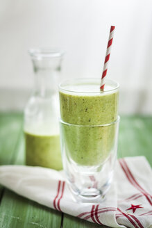 Green smoothie with kiwi, banana and spinach - SBDF001193