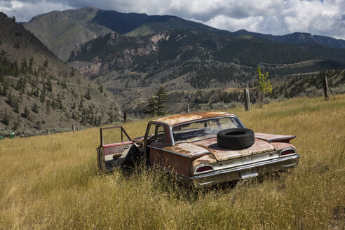 Canada, British Columbia, Rusted car at Cache Creek - FF001421