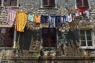 Montenegro, Crna Gora, Kotor, Laundry on clothesline at house - ES001341