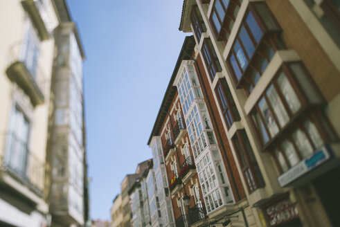 Spain, Burgos, view to row of houses in a street - JP000012