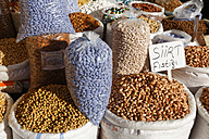 Turkey, Mardin, chickpeas and beans at bazaar - SIE005796