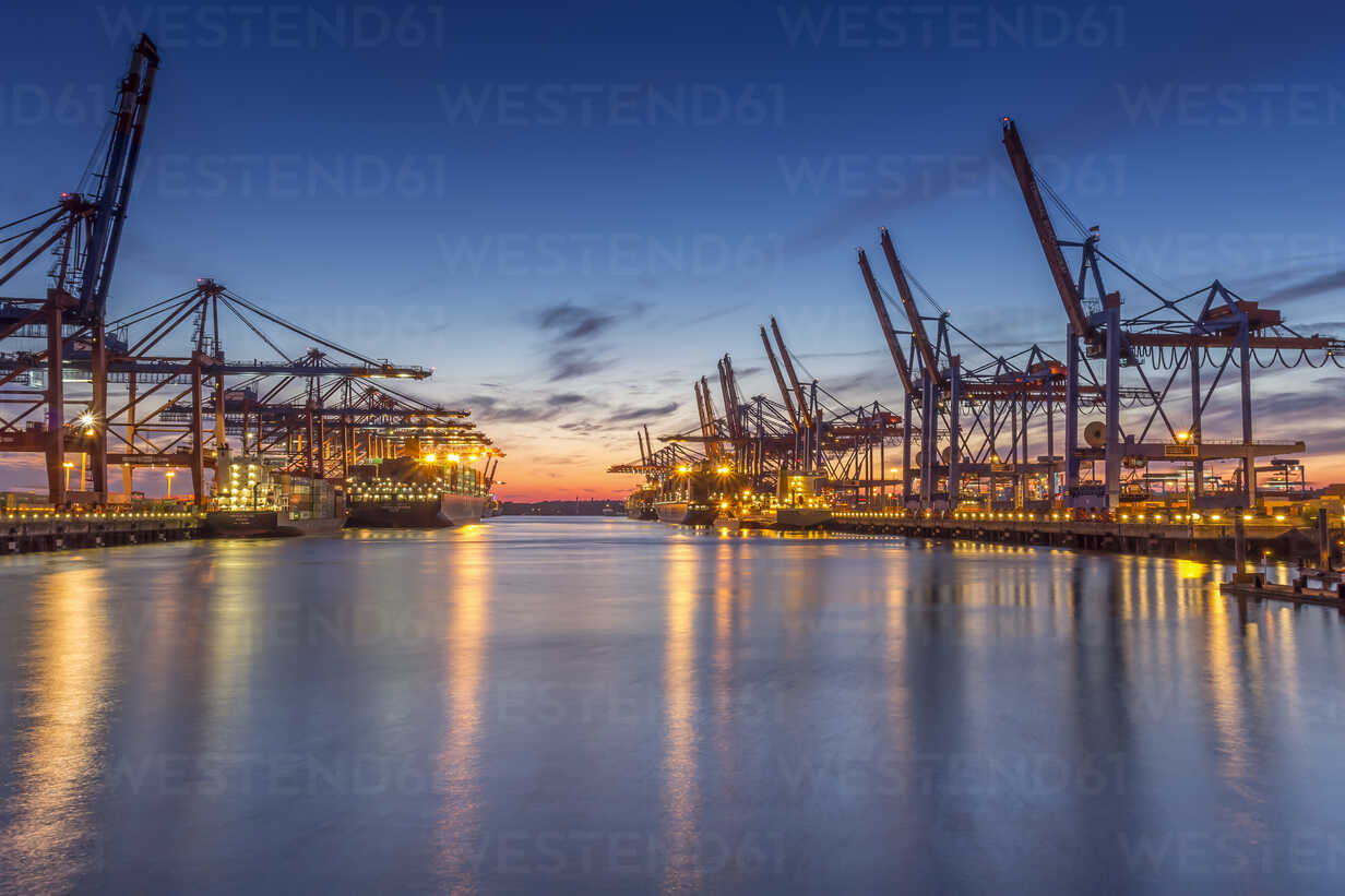 Germany, Hamburg, Port of Hamburg, Container Terminal, container cranes and container ships in the evening - NK000172 - Stefan Kunert/Westend61