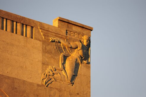 Spain, Madrid, historic city center, Calle de Alcala, sculpture on the front of a building - MIZ000603