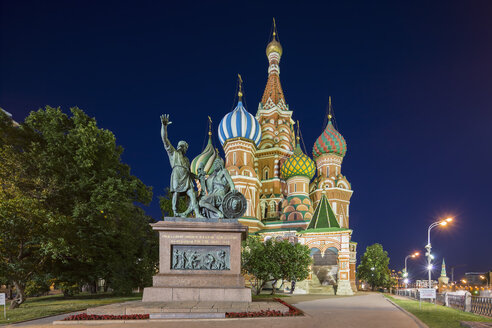 Russia, Central Russia, Moscow, Red Square, Saint Basil's Cathedral and Monument to Minin and Pozharsky at night - FO006823