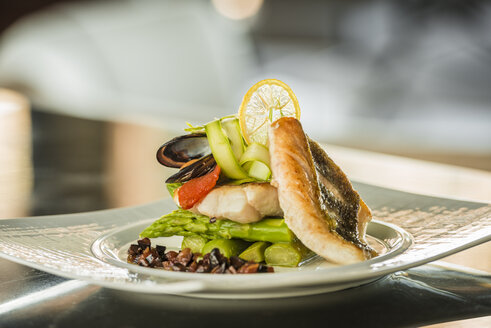 Plate of sea bass with green asparagus and blue mussel - KM001339