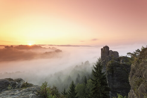 Germany, Saxony, Elbe Sandstone Mountains, view to 'Talwaechter' and 'Verlorener Turm' in the morning mist - MSF004112