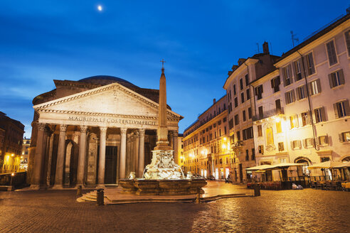 Italy, Lazio, Rome, Pantheon, Piazza della Rotonda and fountain in the evening - GW003105