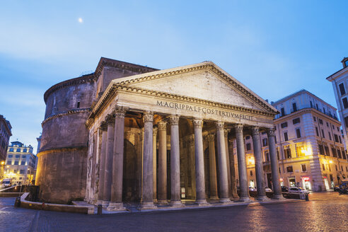 Italy, Lazio, Rome, Pantheon, Piazza della Rotonda in the evening - GW003102