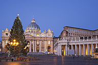 Italy, Vatican, Rome, Piazza San Pietro, St. Peter's Basilica and christmas tree in the morning - GW003115