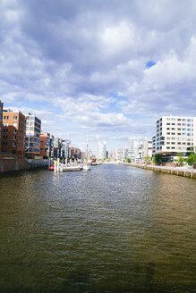 Germany, Hamburg, HafenCity, Sandtorhafen, Modern residential buildings - KRPF001007