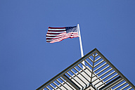 Germany, Berlin, US embassy with American flag - WIF000944