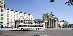 Germany, Berlin, view to Brandenburg Gate and Place of March 18 with tour bus - WI000957