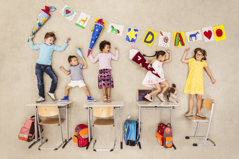 Kids on their first day at school - BAEF000782