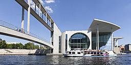 Germany, Berlin, Marie-Elisabeth-Lueders-Building, Excursion boat on Spree river, Marie-Elisabeth-Lueders-Footbridge - WI000959
