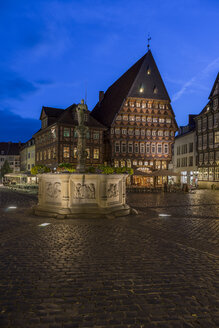 Germany, Lowe Saxony, Hildesheim, Market place, Roland fountain and Butchers' Guild Hall in the evening - PVCF000103
