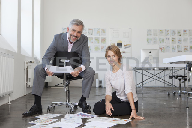 Portrait of two colleagues in an office - RBF001856