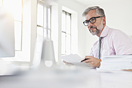 Man working at desk, portrait - RBF001874
