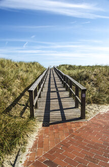 Germany, Lower Saxony, East Frisian Island, Juist, Wooden boardwalk, Dunes - ODF000798