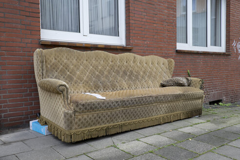 Germany, North Rhine-Westphalia, Aachen, bulk rubbish, old couch - HL000728
