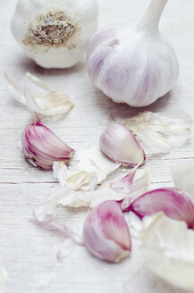 Close up of garlic bulbs and cloves - CZF000163