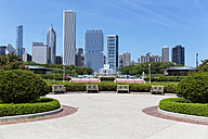 USA, Illinois, Chicago, Millennium Park with Buckingham Fountain - FO007082