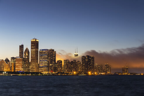 USA, Illinois, Chicago, Skyline and Lake Michigan in the evening light - FO007231