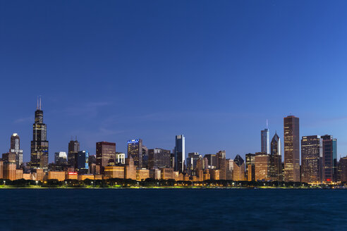 USA, Illinois, Chicago, Skyline, Willis Tower and Lake Michigan, Blue hour - FOF007234