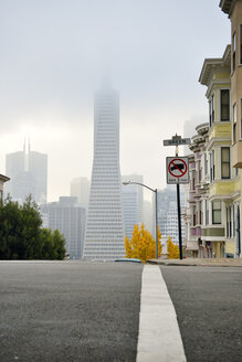 USA, California, San Francisco, Transamerica Pyramid and houses along Montgomery Street - BRF000734