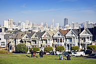 USA, California, San Francisco, Victorian houses at Alamo Square in front of the skyline - BR000692